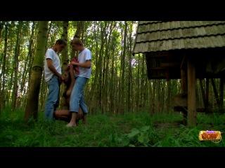 Два друга решили трахнуть свою подружку прямо в лесу